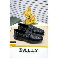 BALLY巴利-T台走秀款单调色彩配以简单大方的外型是今夏流行趋